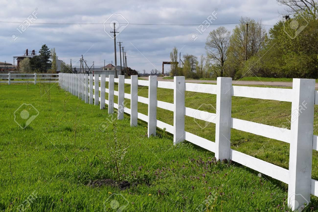 whitewhite cloture en bois autour du ranch cloture en bois dans le village