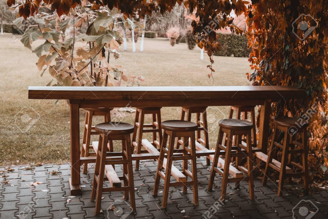 https es 123rf com photo 87903205 mesa de bar de madera y sillas afuera en jard c3 adn de oto c3 b1o html