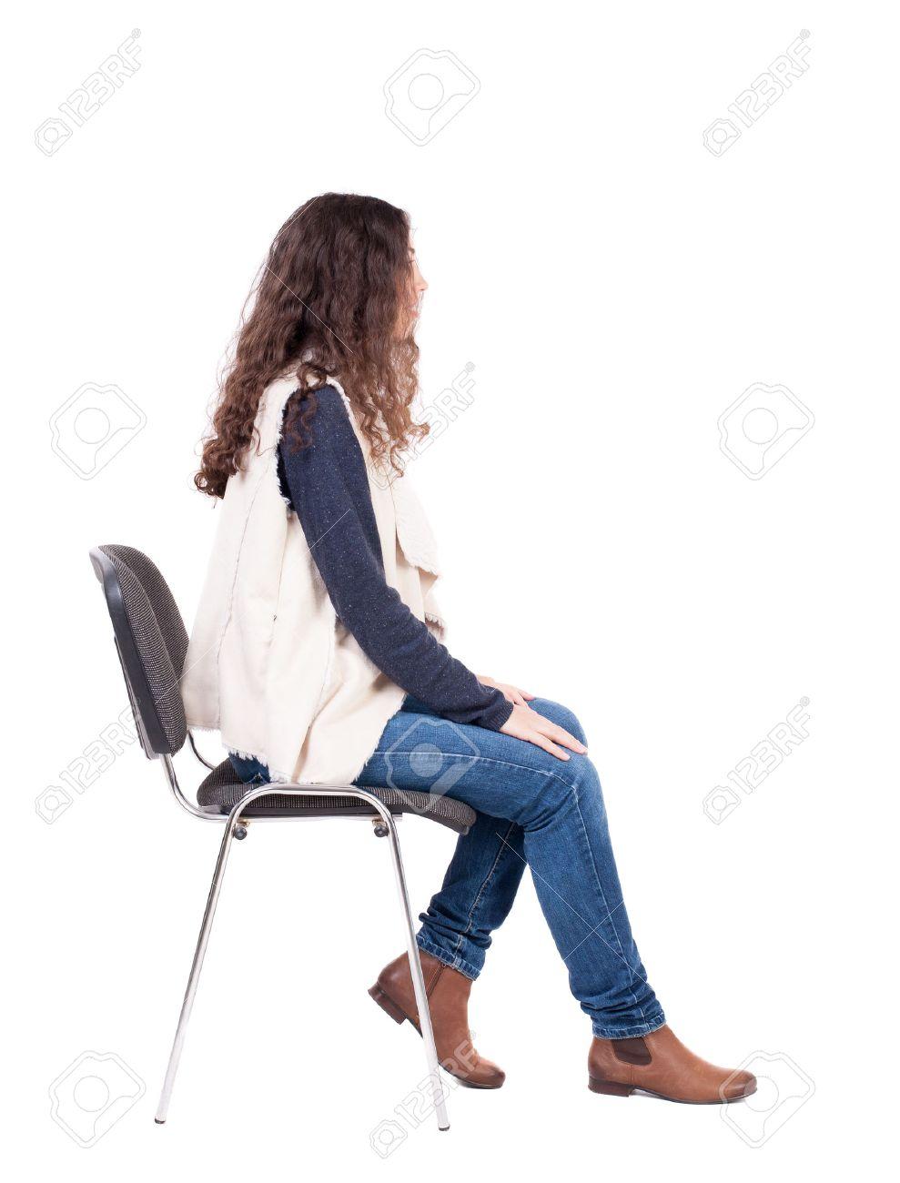 vue arriere de la belle jeune femme assise sur une chaise fille a regarder arriere collection voir des gens backside vue de la personne isole sur