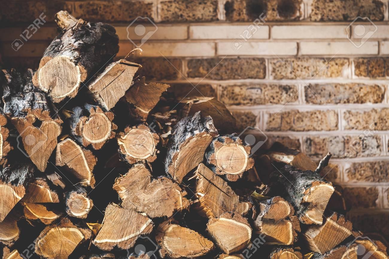 acacia de bois de chauffage hache sur un fond de mur de briques banque d images et photos libres de droits image 69662356