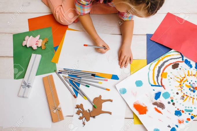 87989330-christmas-cards-creation-artistic-child-colorful-childhood-creative-baby-girl-early-children-educati.jpg (1300×866)