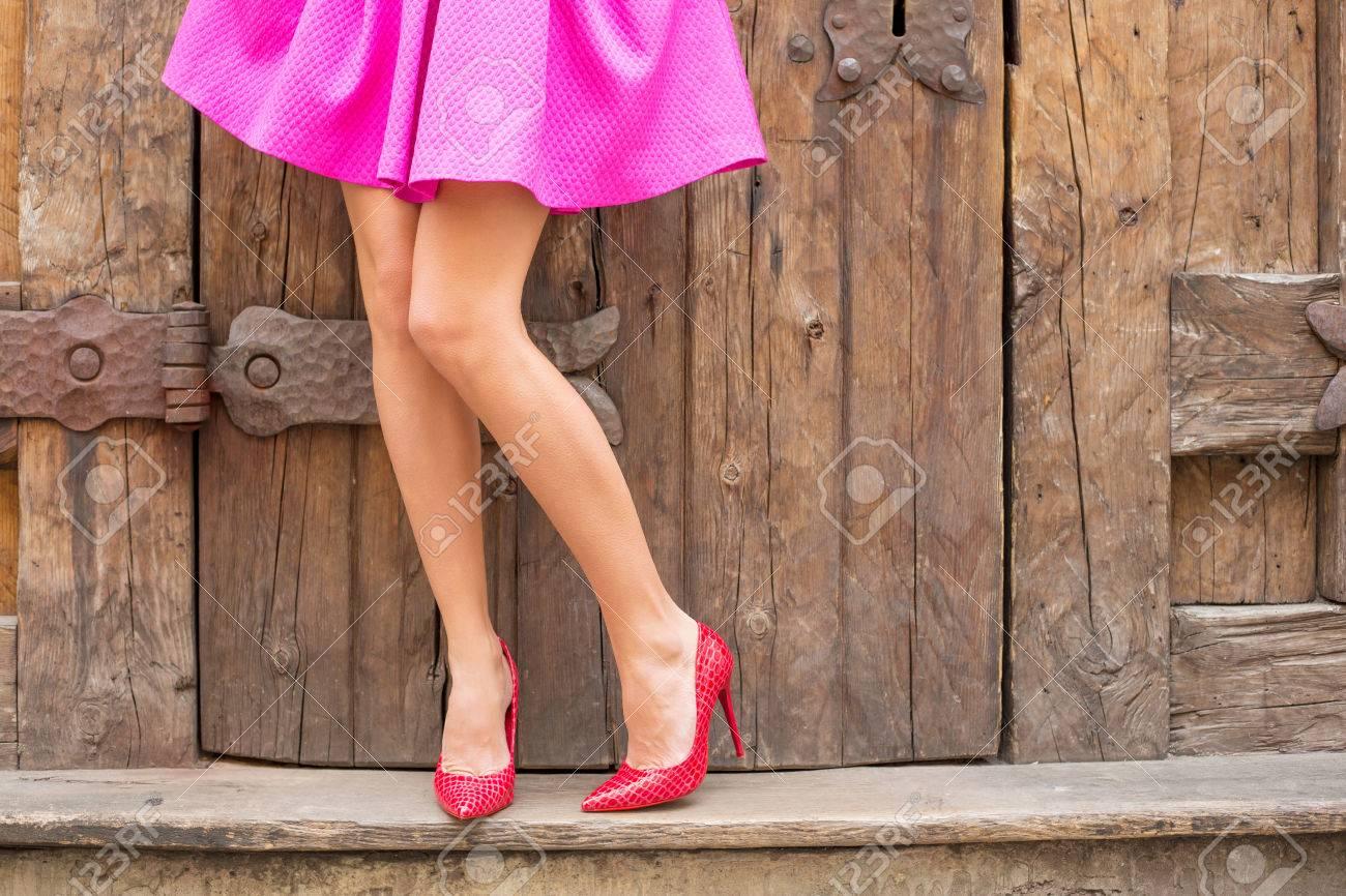 banque d images femme elegante debout devant vieilles portes en bois