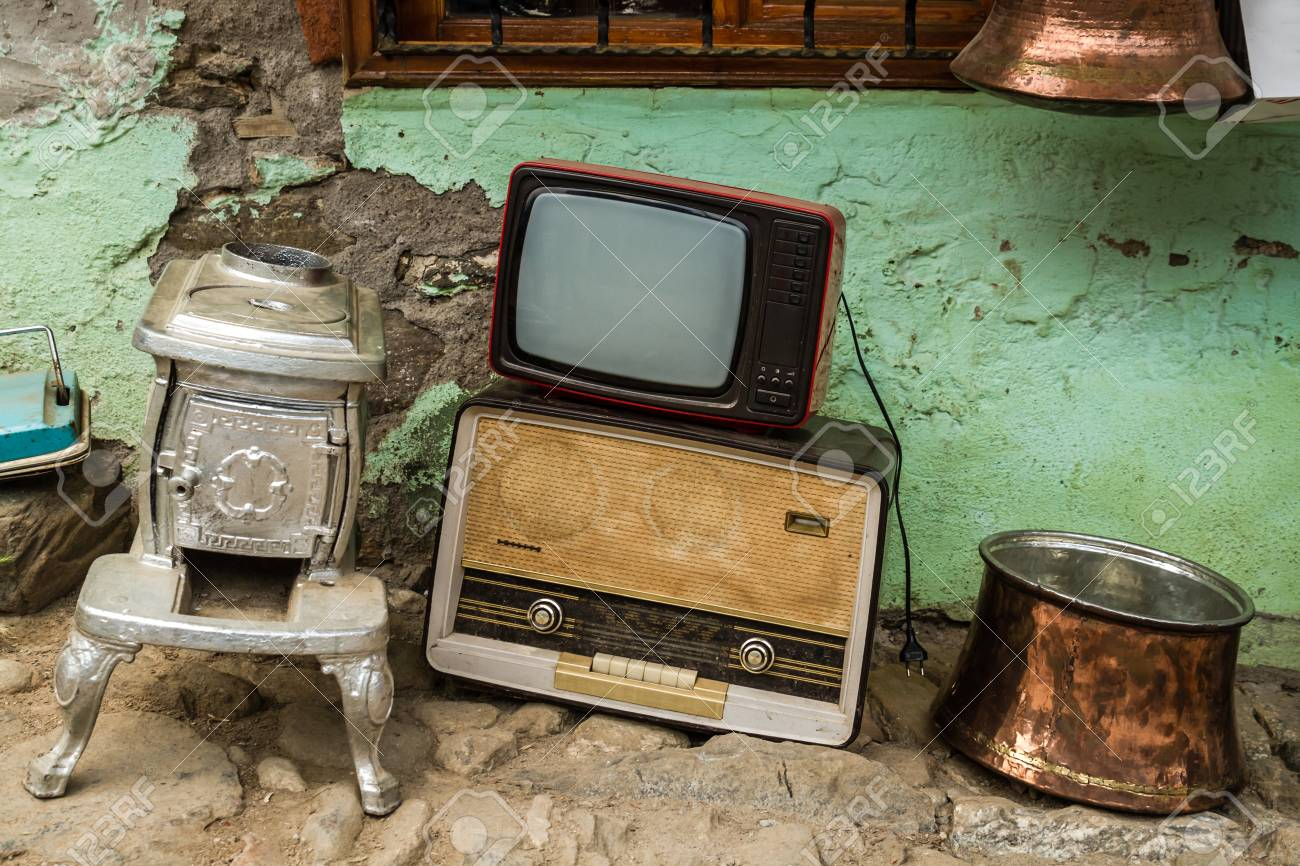 Poele En Fonte Ancien Modele De Radio Television Et Chaudrons En Cuivre Forge Dans Un Magasin D Antiquites Banque D Images Et Photos Libres De Droits Image 91196607