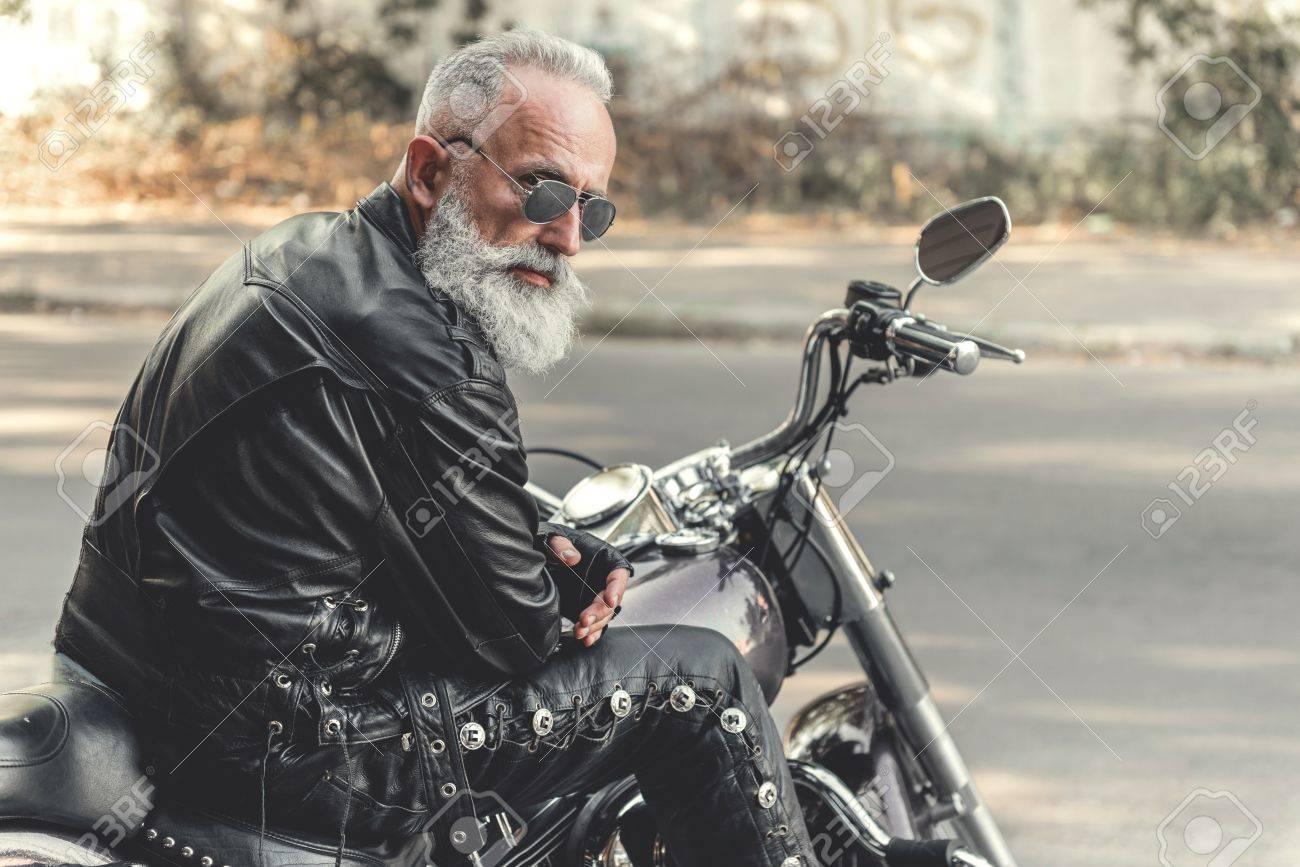 興味のある老人のオートバイに乗って準備ができて の写真素材・画像素材 Image 84105277.