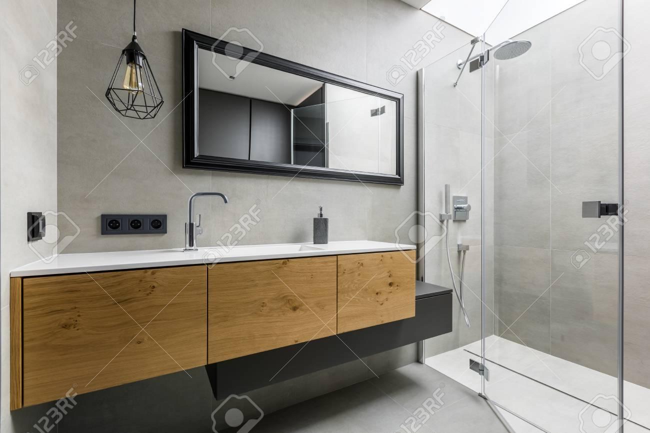 salle de bain moderne et grise avec douche a l italienne miroir et vasque a poser banque d images et photos libres de droits image 79620042