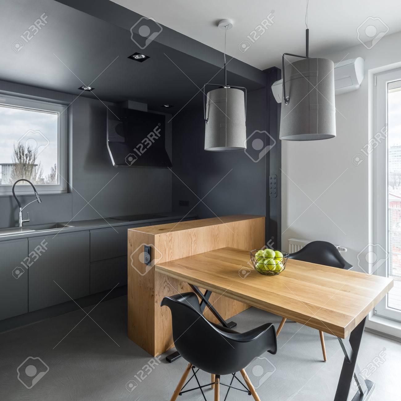 cuisine gris fonce avec ilot table en bois et chaises noires banque d images et photos libres de droits image 80025158