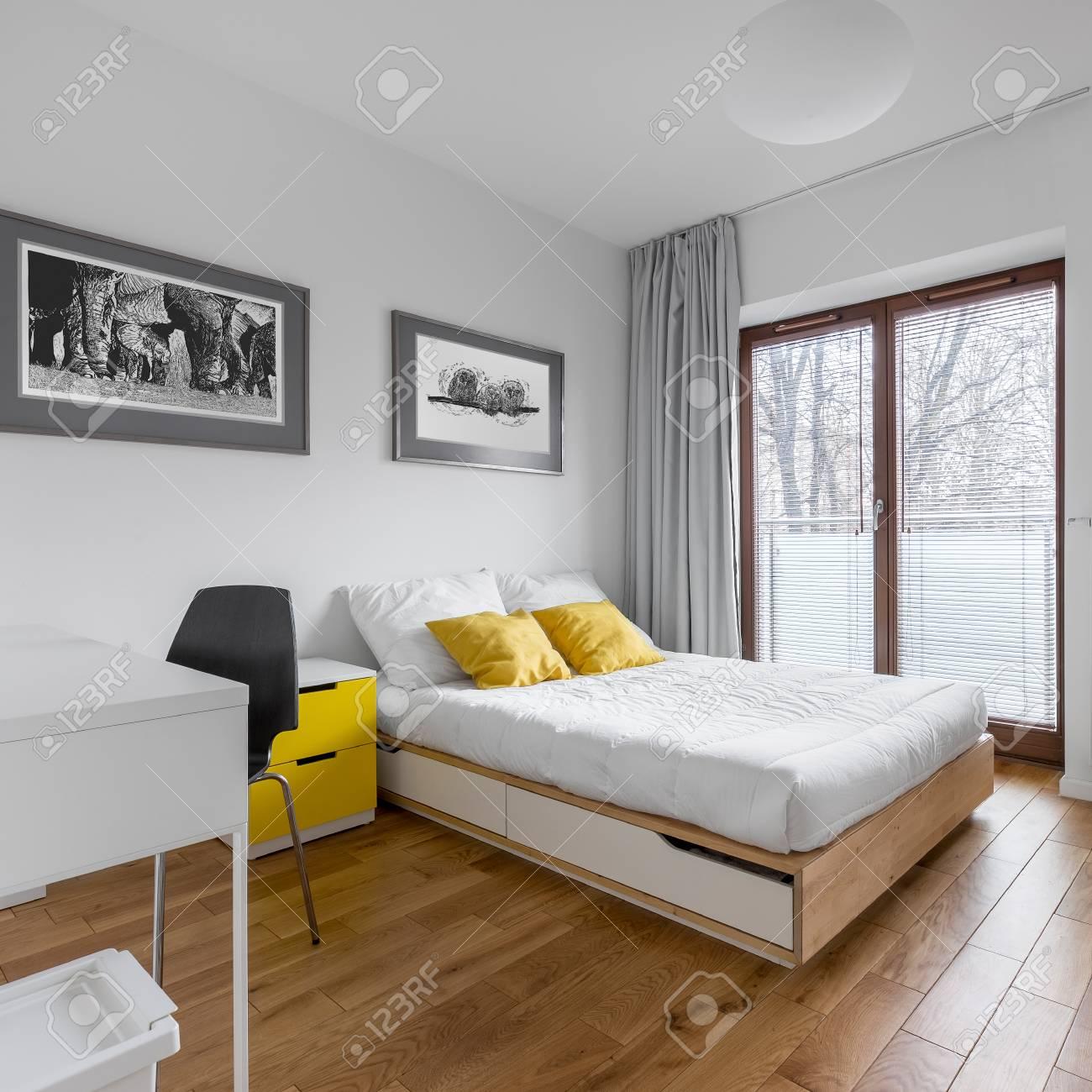 chambre blanche multifonctionnelle avec bureau lit double et grande porte fenetre banque d images et photos libres de droits image 82724610
