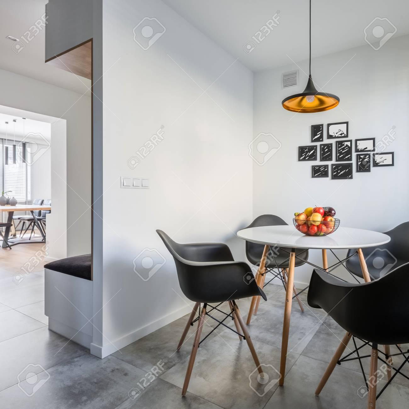 interieur de la maison moderne avec table ronde et chaises noires banque d images et photos libres de droits image 88894688