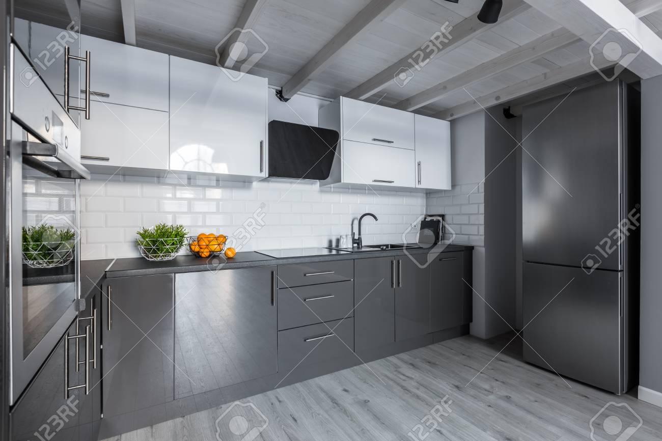 cuisine moderne blanche et grise avec carrelage metro et plafond en bois banque d images et photos libres de droits image 91917407