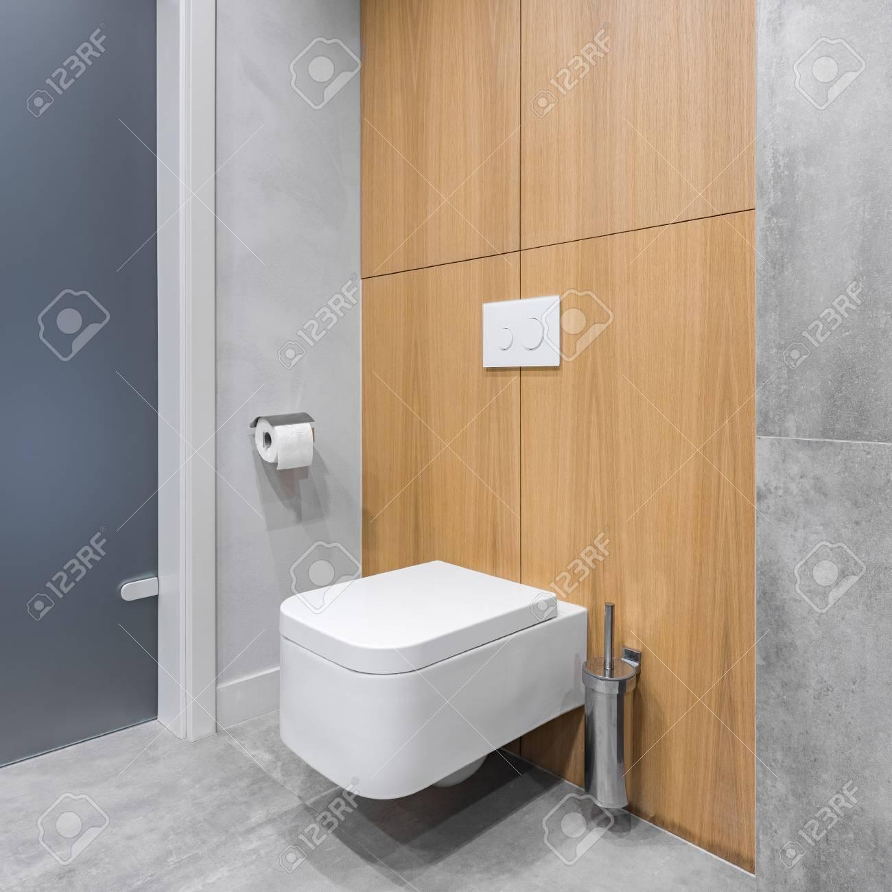 salle de bain grise avec toilettes blanches et carrelage moderne avec des details en bois banque d images et photos libres de droits image 95159744