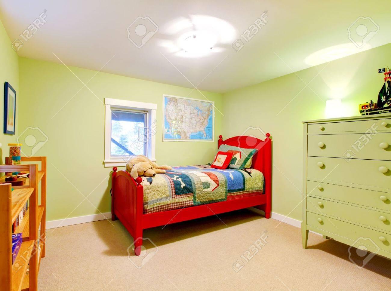 mignon chambre enfant garcon vert avec un lit rouge