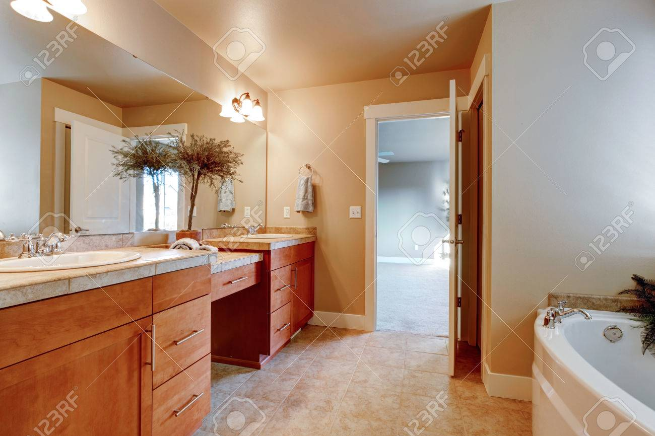 ivoire salle de bain avec armoires de rangement en bois carrelage beige decore avec pot en ceramique avec l arbre sec banque d images et photos libres de droits image 25668354