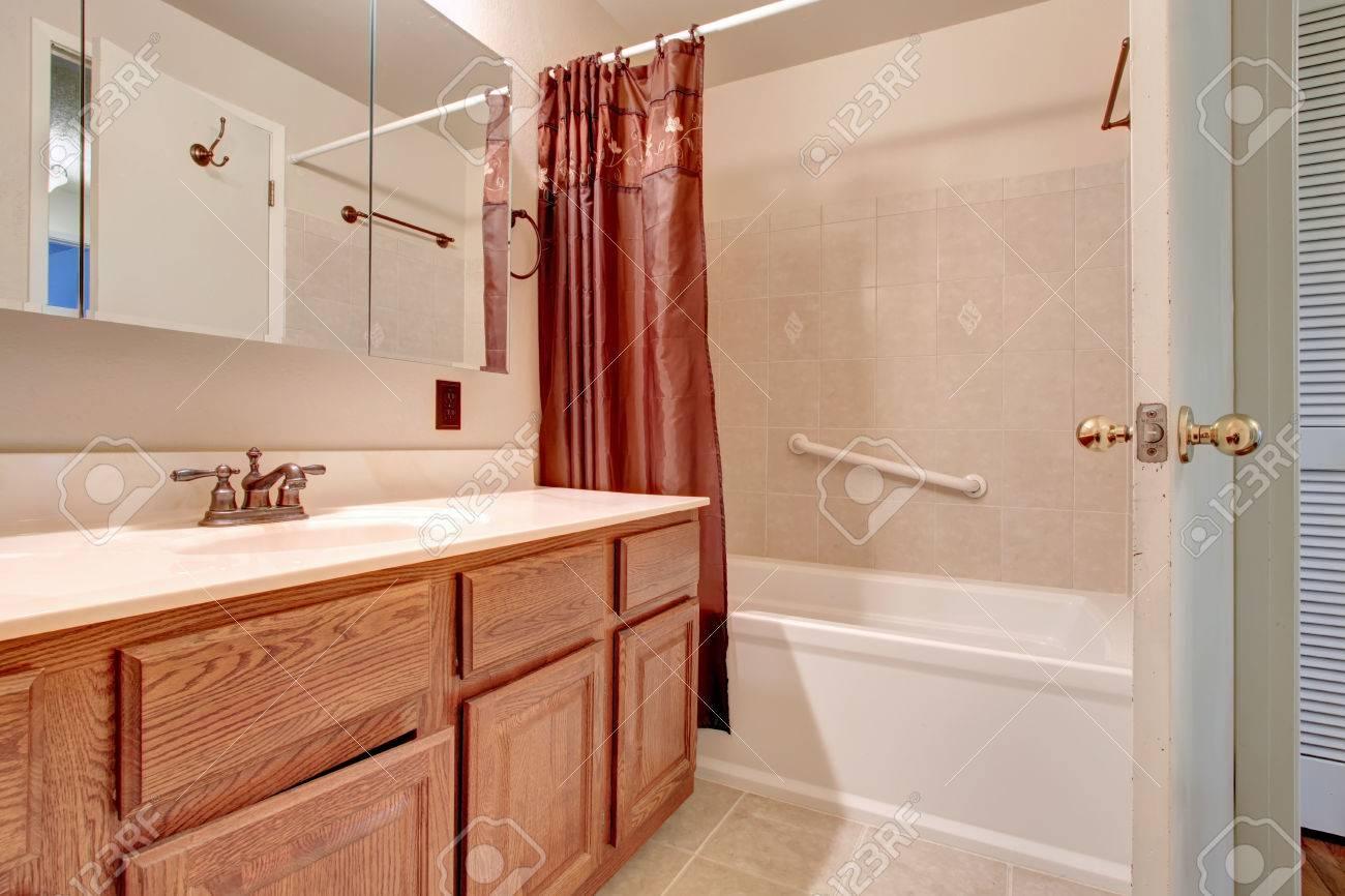 salle de bain rose pale avec meuble vasque en bois carrelage et bain blanc banque d images et photos libres de droits image 26476618
