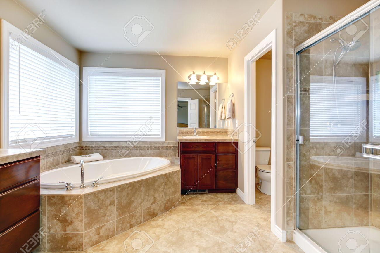 https fr 123rf com photo 27139642 salle de bain beige avec des fen c3 aatres armoires de cerisier en bois douche et wc porte en verre vue de html