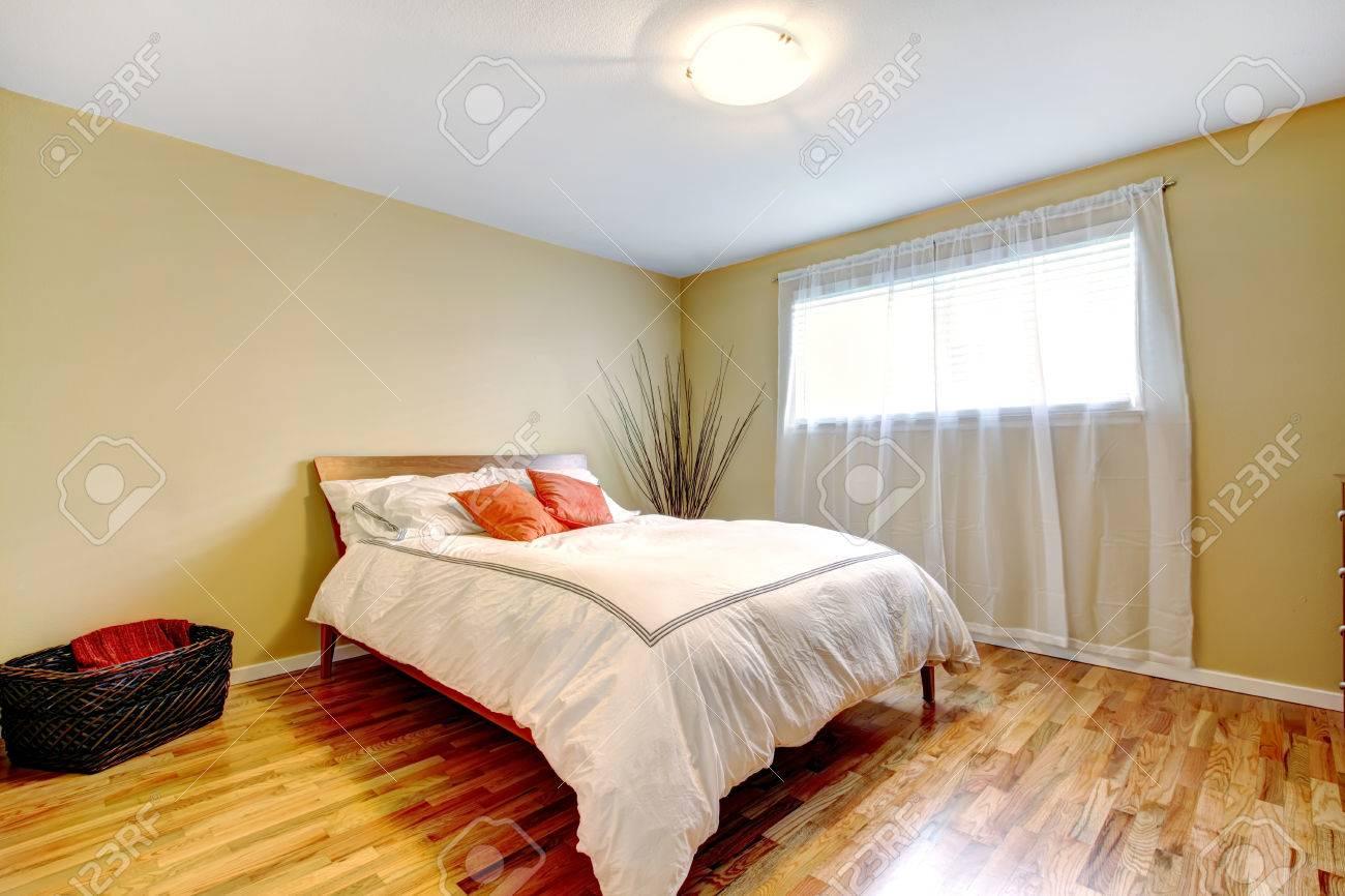 https fr 123rf com photo 29265884 ivoire tons chambre avec fen c3 aatre de lumi c3 a8re lit moderne en blanc et orange chambre d c3 a9cor c3 a9e avec des branches html