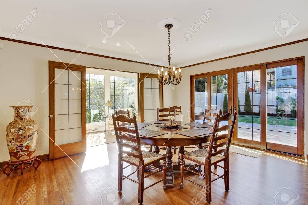 lumineuse salle a manger dans la maison de luxe avec porte francaise au debrayage pont coin decoree avec vase de porcelaine banque d images et photos libres de droits image 30283167