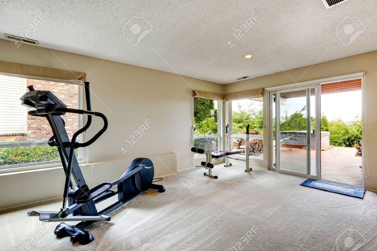 Salle De Fitness Avec Terrasse Debrayage Et Jacuzzi Banque D Images Et Photos Libres De Droits Image 30704906