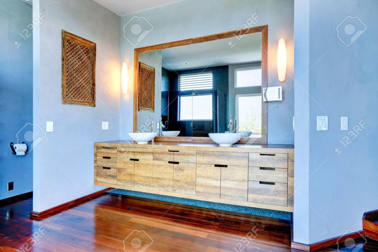 interieur de salle de bain bleu clair vue de l armoire en bois avec navire coule et grand miroir banque d images et photos libres de droits image 31087916