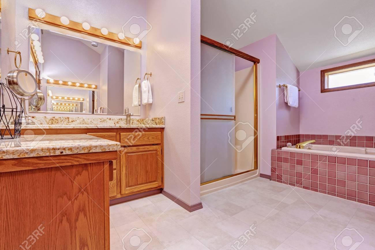 https fr 123rf com photo 32318193 bathroom interior dans le ton rose p c3 a2le avec des carreaux de fa c3 afence douche baignoire et salle de bains html