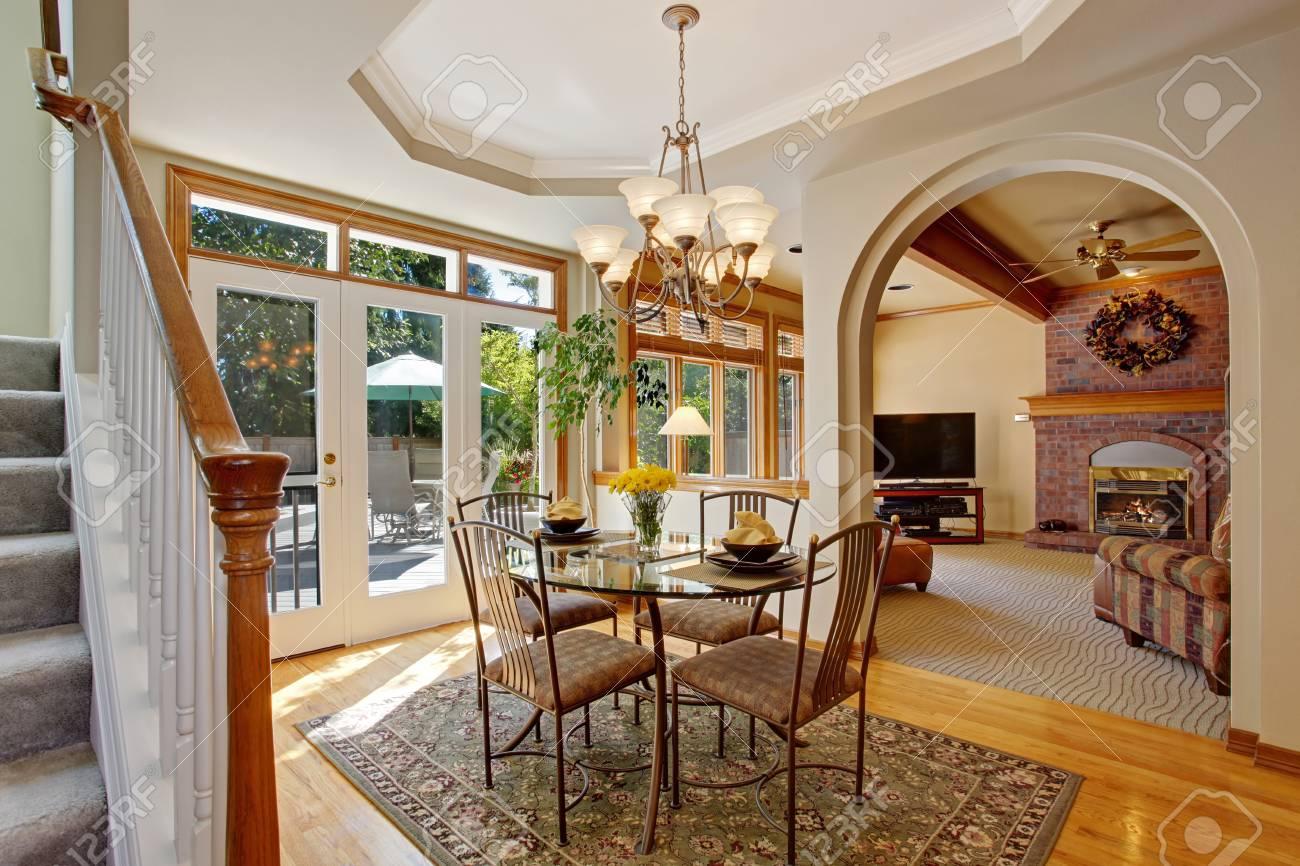 maison americaine inteirior salle a manger lumineuse avec debrayage patio dans la maison de luxe table a manger en verre avec des chaises banque d images et photos libres de droits image 32370482