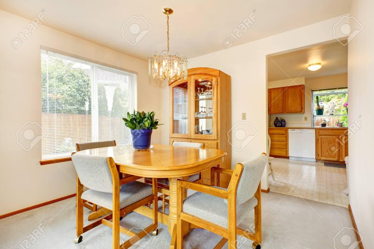 https fr 123rf com photo 32708227 salle c3 a0 manger lumineuse avec set de table c3 a9rable c3 a0 manger et meuble de rangement avec porte en verre html