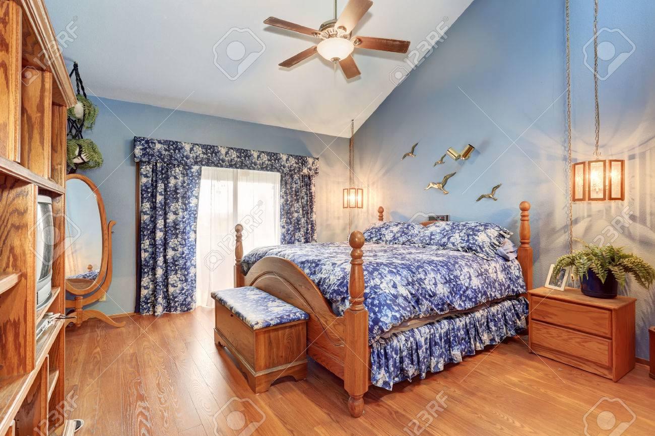 entre chambres en bois adorable dans un style marin la chambre a plafond voute plancher de bois franc et etonnante literie floral bleu et rideaux