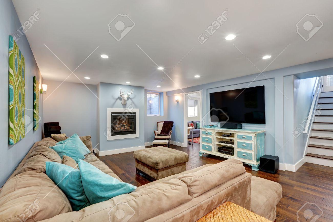 murs bleu pastel en inter sol du salon grand canape d angle avec des oreillers bleu et pouf blanc vintage et meuble tv bleu northwest etats unis