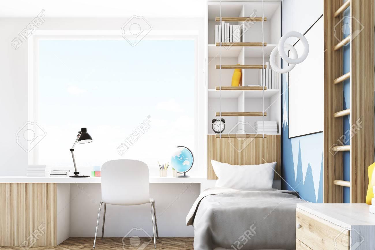 vue de cote d une chambre d enfant avec un lit une bibliotheque et une table sous une fenetre il y a une echelle pour les activites physiques a