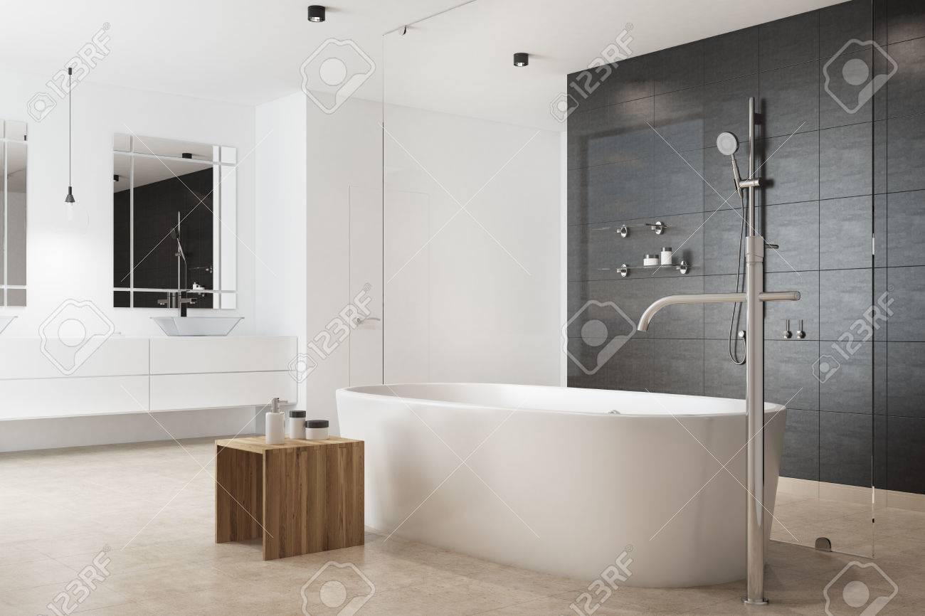 interieur de salle de bain noir avec un mur blanc une baignoire blanche une table en bois pour les produits d autosoins et un double evier rendu 3d