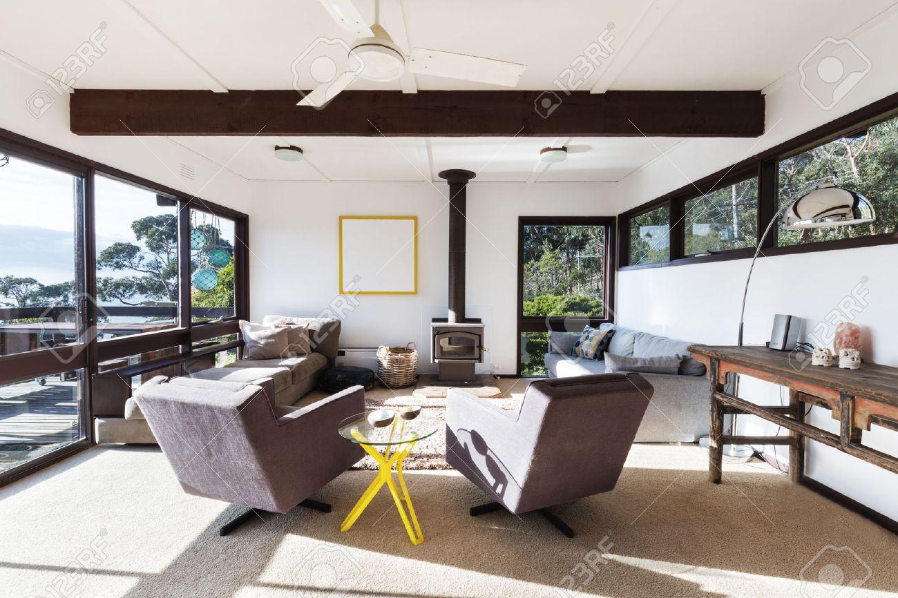 funky retro maison de plage salon avec fauteuils inclinables 70 de style et une vue imprenable