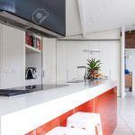 Nahaufnahme Der Modernen Kuche Insel Bank Mit Orange Akzent Panel Farbe Lizenzfreie Fotos Bilder Und Stock Fotografie Image 64885669