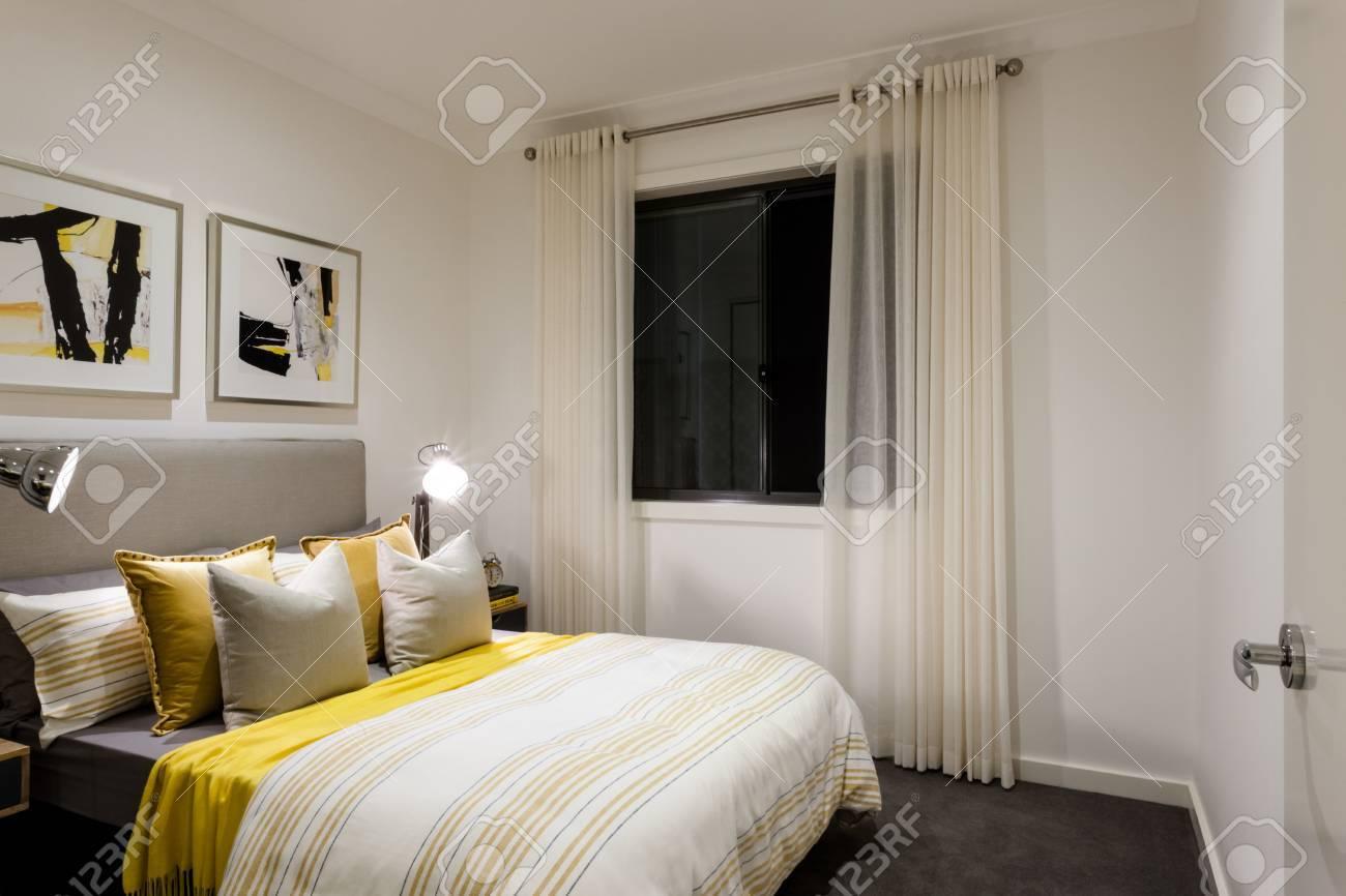 https fr 123rf com photo 59745604 chambre classique d une maison moderne avec des lampes de table sur c3 a0 c c3 b4t c3 a9 d oreillers et un lit av html