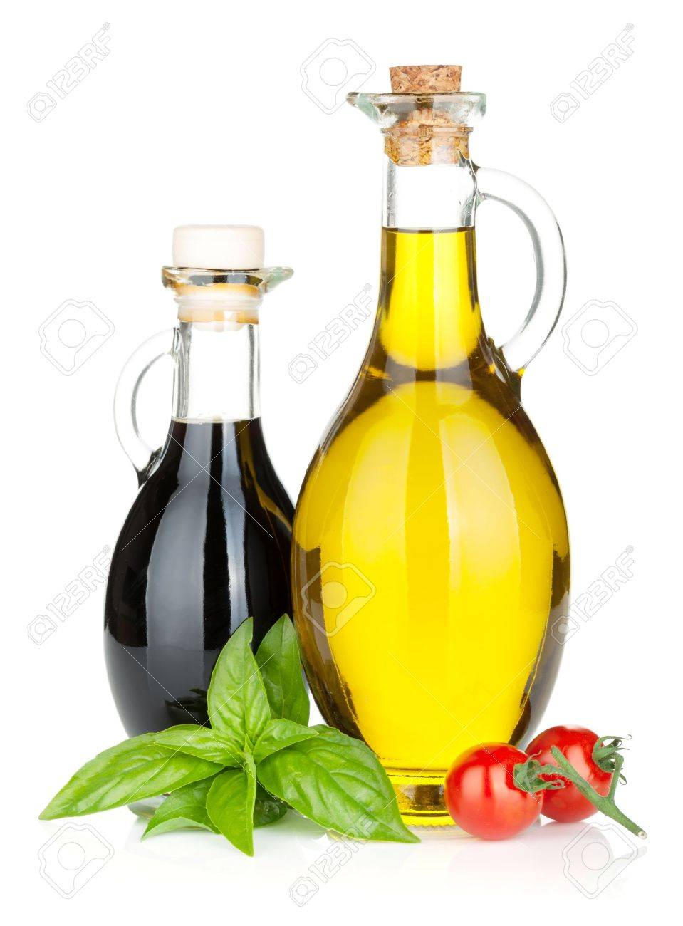 l huile d olive bouteilles de vinaigre au basilic et tomates isole sur fond blanc