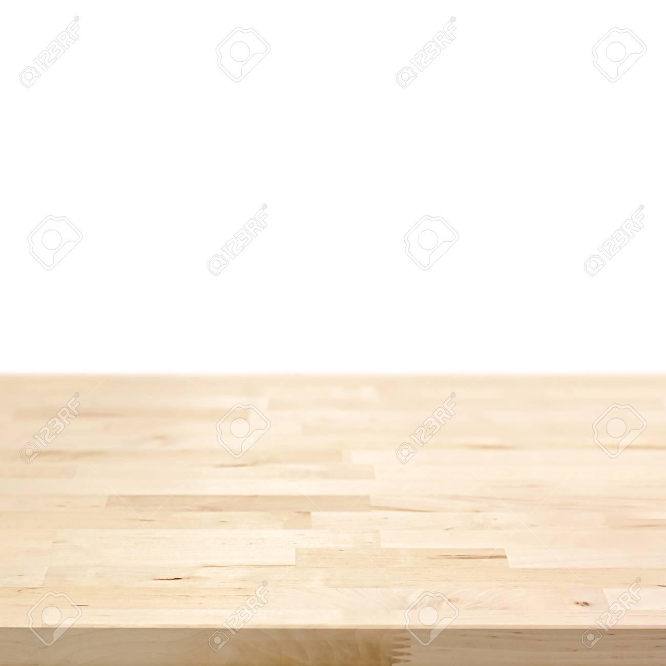 plateau de table en bois clair isole sur fond blanc peut etre utilise pour l affichage ou le montage de vos produits