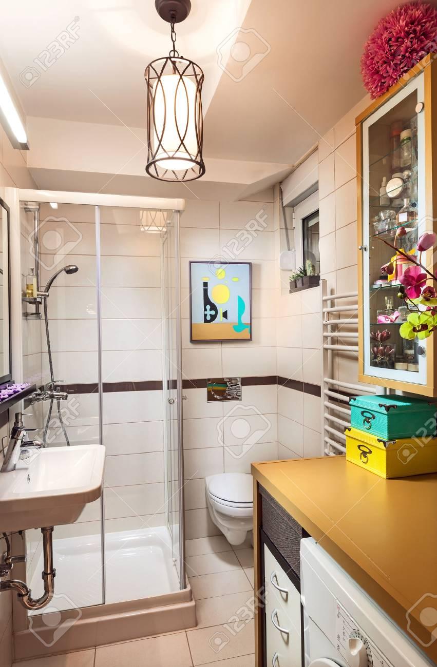 interieur d une petite salle de bain moderne et simple