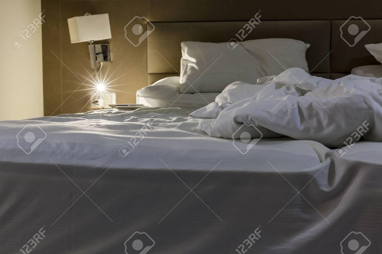 banque d images un cote du lit double sali avec des draps blancs avec la lumiere de lecture sous tension et bloc notes avec un stylo a cote de l oreiller