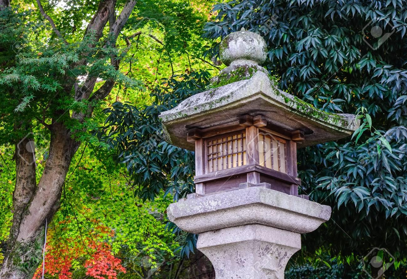 pierre lanterne dans le jardin japonais a nara japon