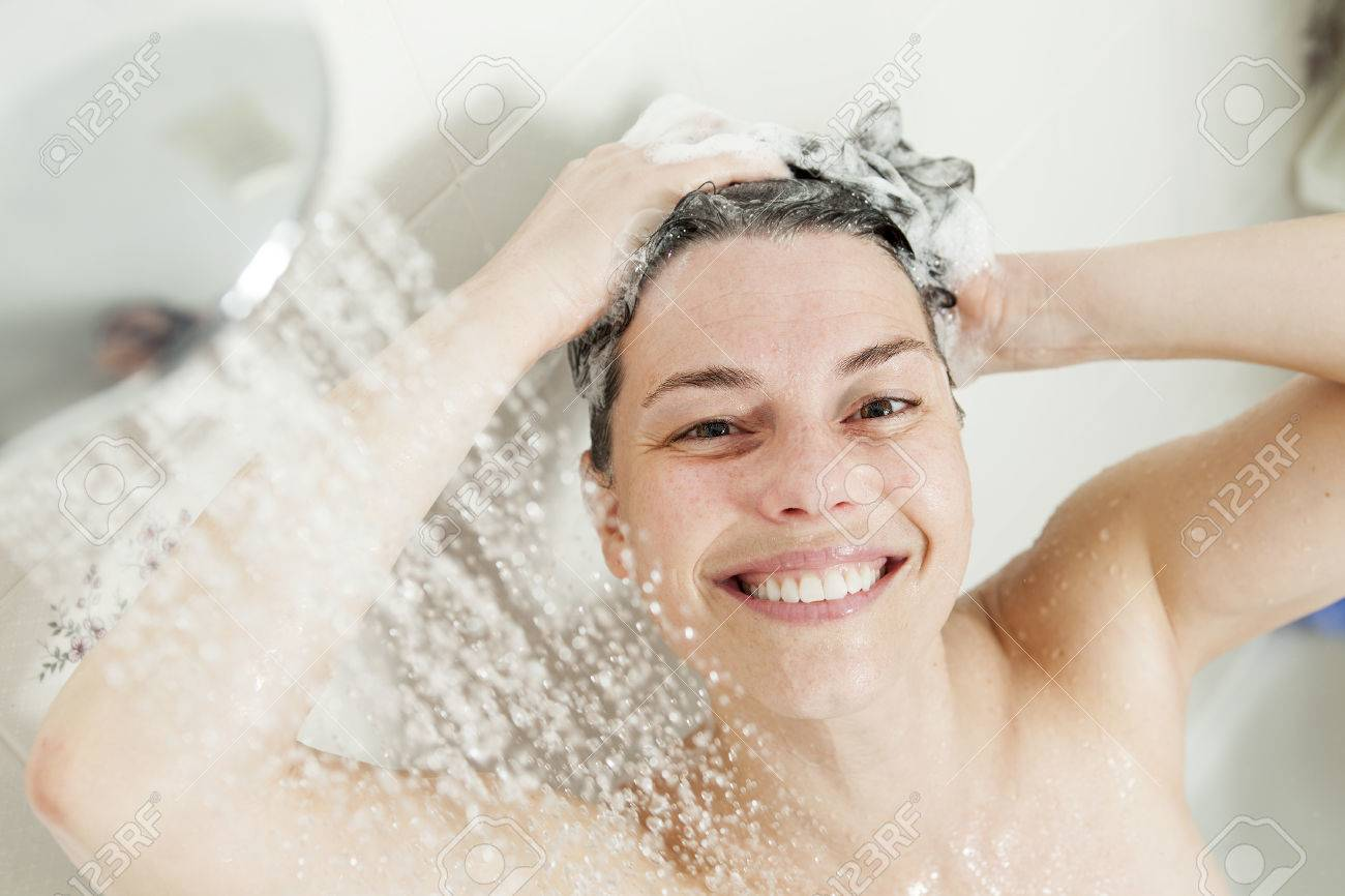 femme de douche heureuse femme souriante lavage epaule se doucher dans la salle de bain