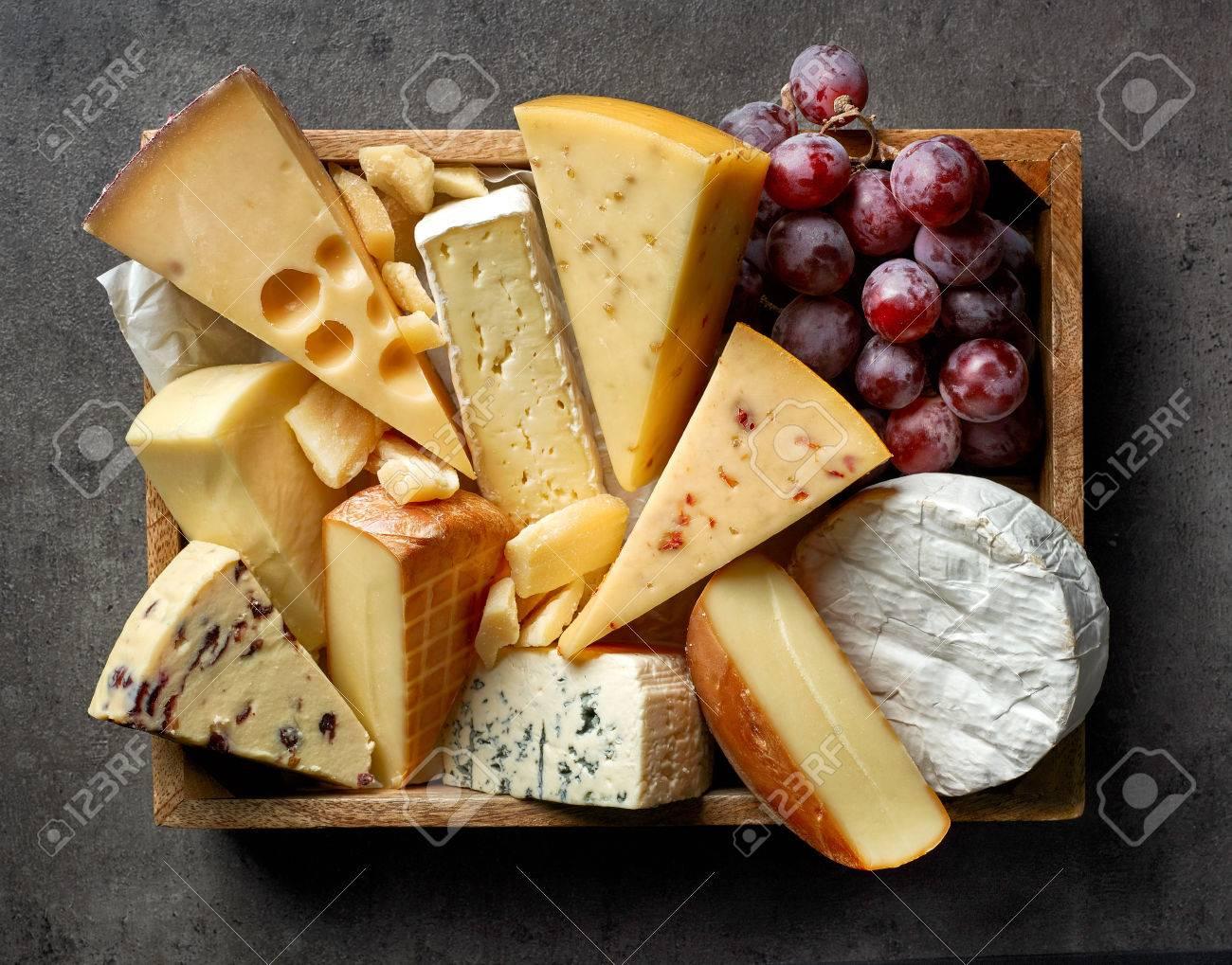 divers types de fromage sur la table de cuisine gris fonce vue de dessus
