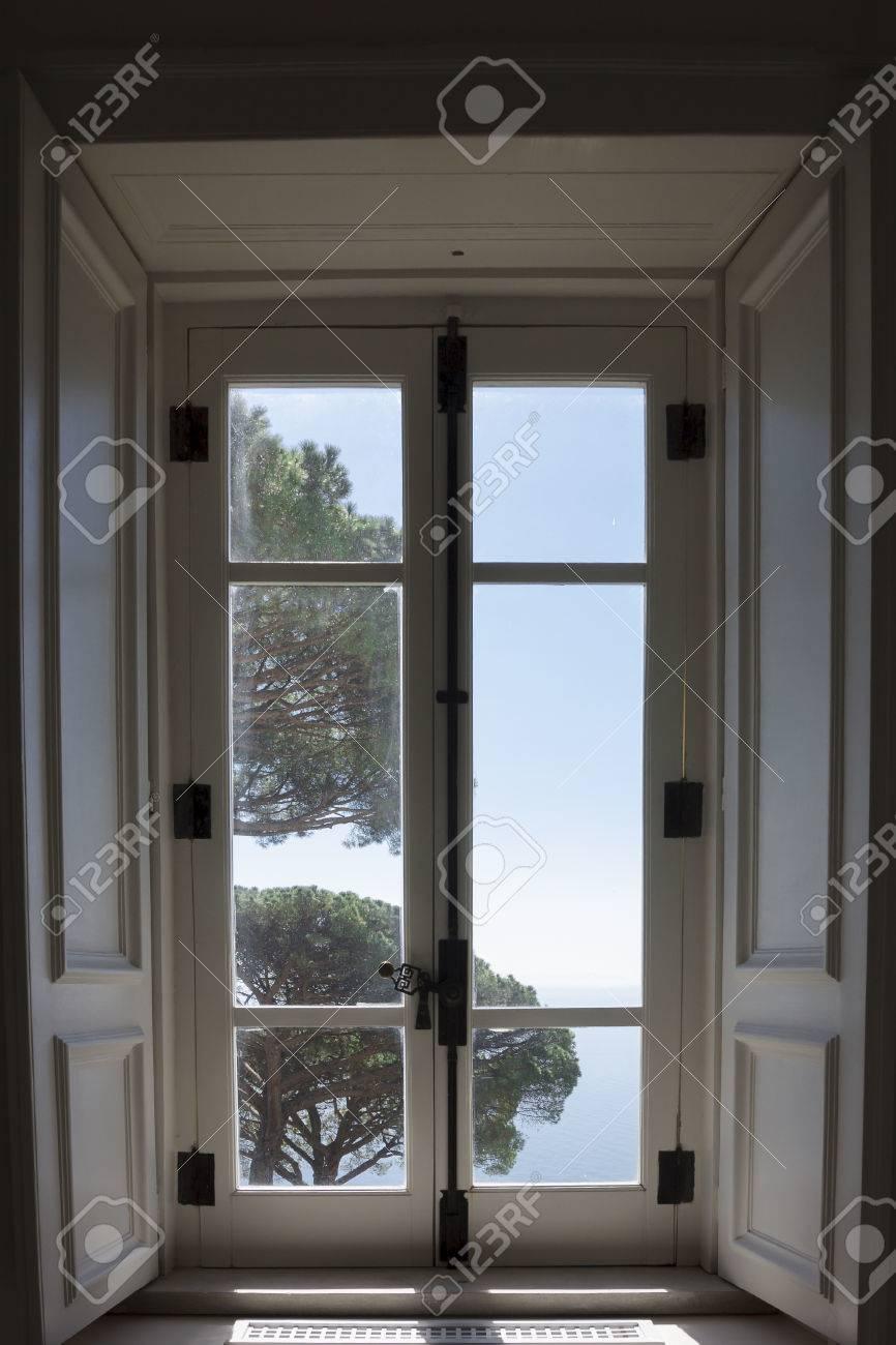 banque d images vue panoramique d un apercu de la cote d amalfi a une fenetre pour comprendre un concept de tourisme