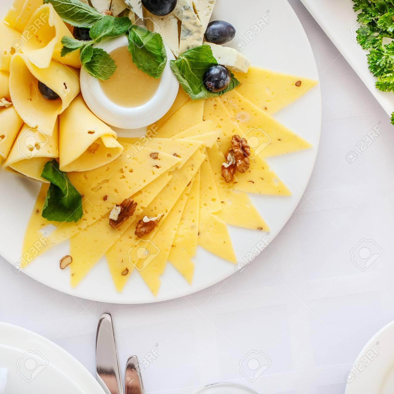 assiette de fromage different a la table de banquet dans un restaurant servi avec differents repas pret pour la reception de mariage