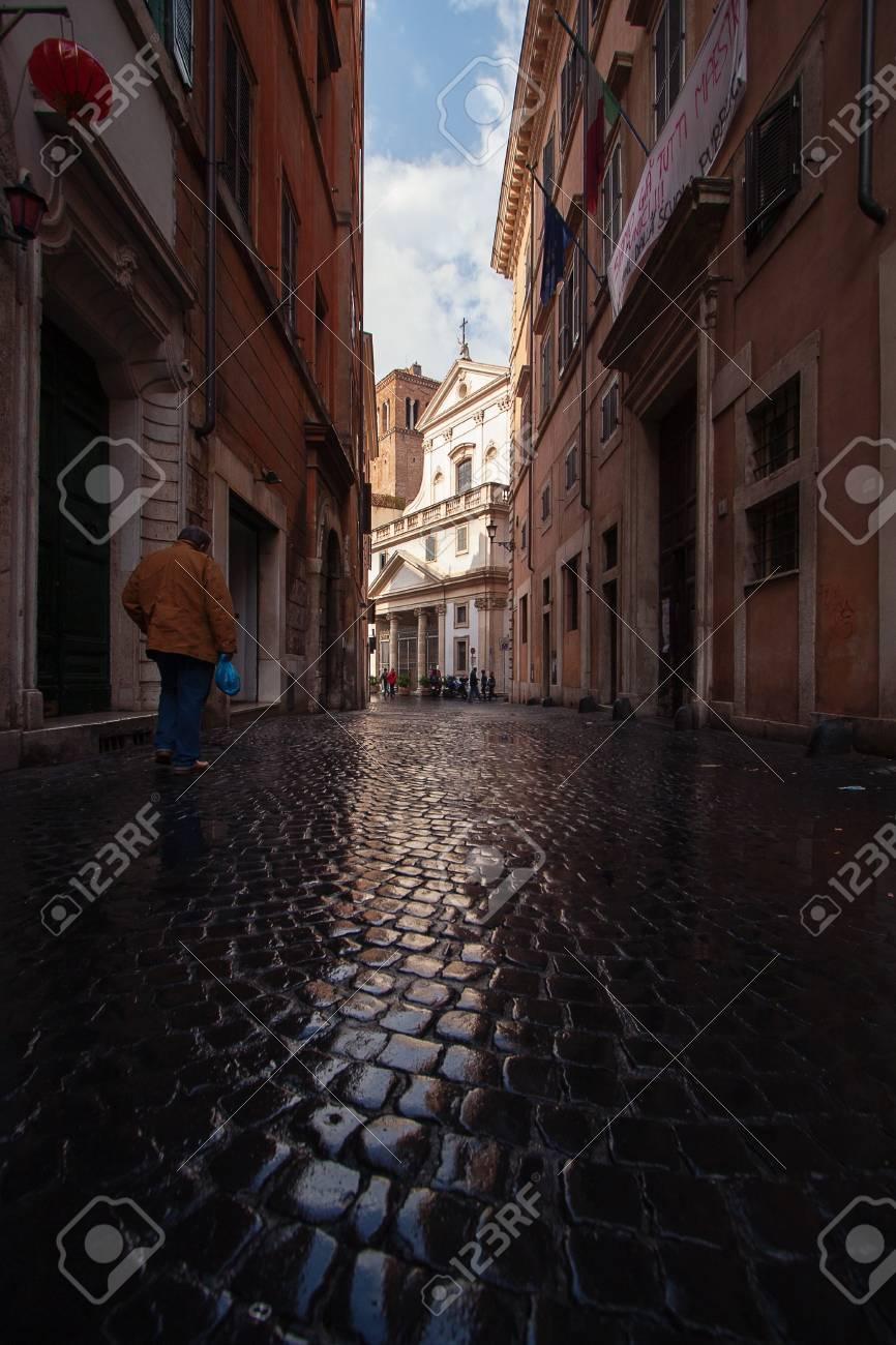 rue apres la pluie a rome italie banque d images et photos libres de droits image 25436990