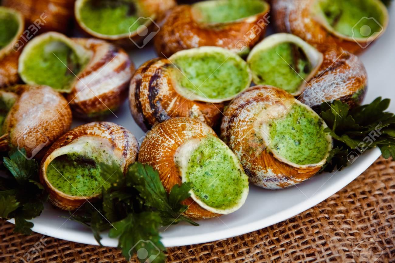 escargots de bourgogne escargots au beurre aux herbes plat gastronomique en francais traditionnel avec du persil et du pain sur une assiette