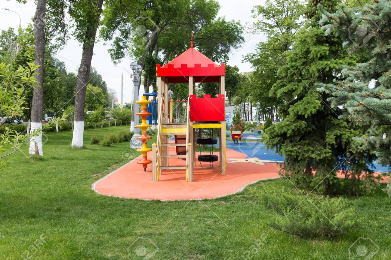 equipo moderno para juegos patio colorido moderno de los ninos en el patio en el parque imagen para el fondo del patio de recreo actividades en el