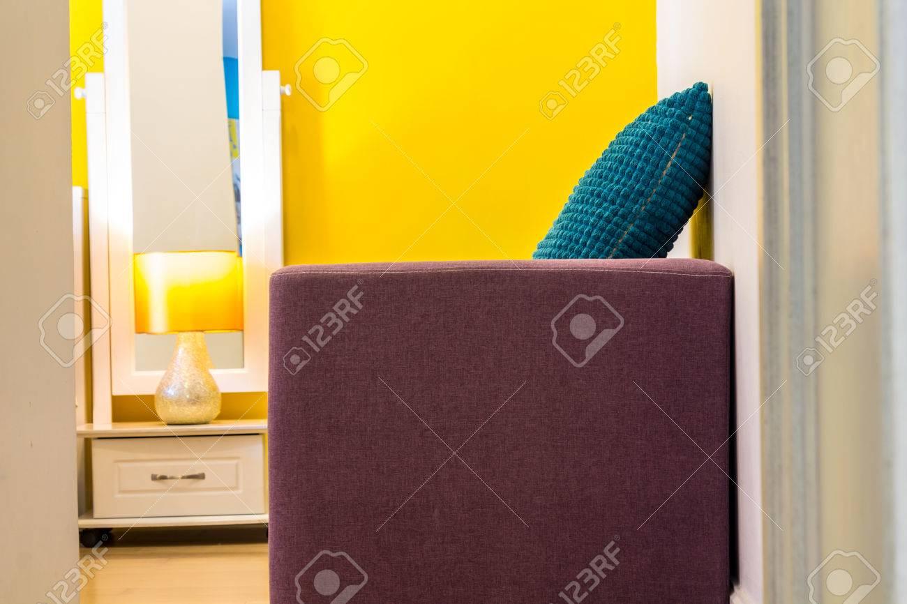 banque d images design d interieur beaute espace de vie canape lit table de chevet en bois blanc et lampe de lecture espace de vie dans la chambre a