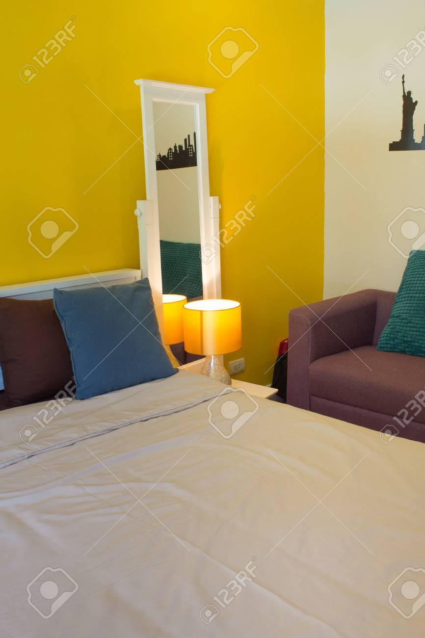 banque d images design d interieur beaute salon canape lit table de chevet et lampe en bois blanc espace de vie dans chambre