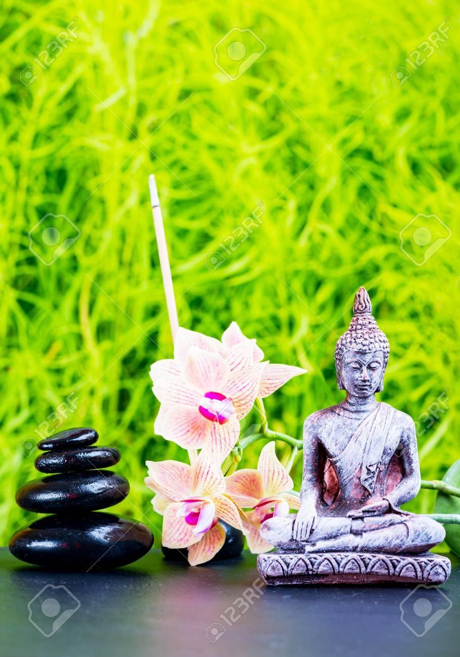 fond de jardin zen avec bouddha fleurs d orchidees et pierres de zen
