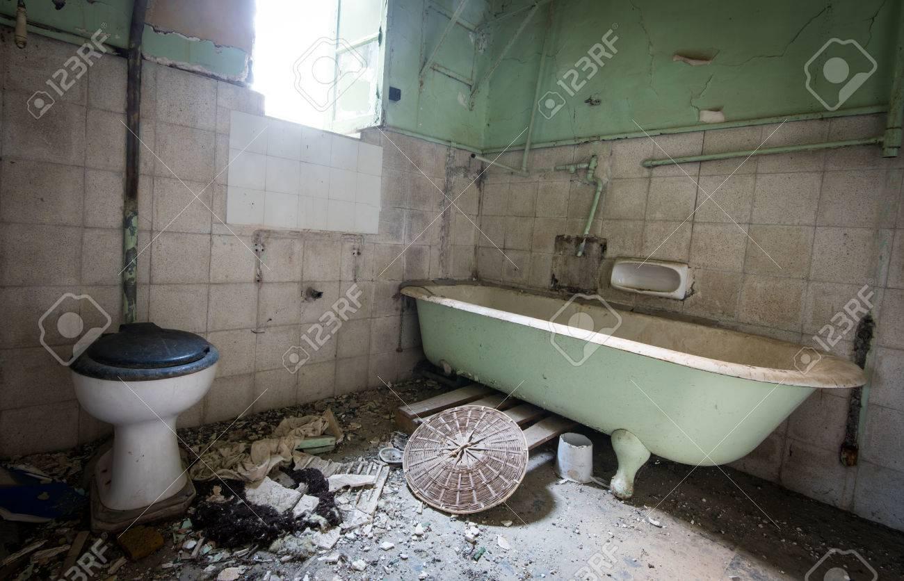 Interieur D Une Salle De Bain Abandonnee Vide Sale Demoli Banque D Images Et Photos Libres De Droits Image 66131107