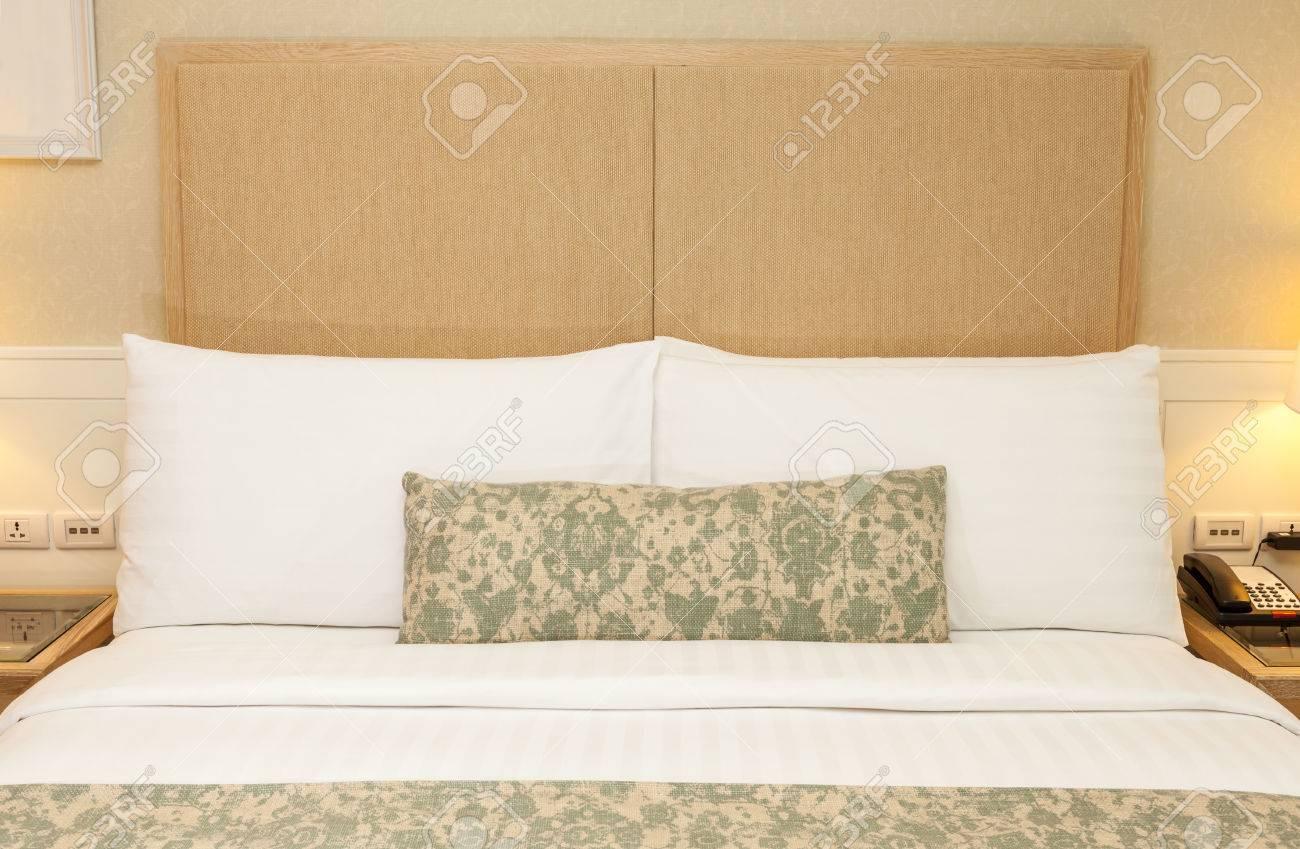 reglage avec lit king size chambre decorer avec des oreillers couverture couverture lampe