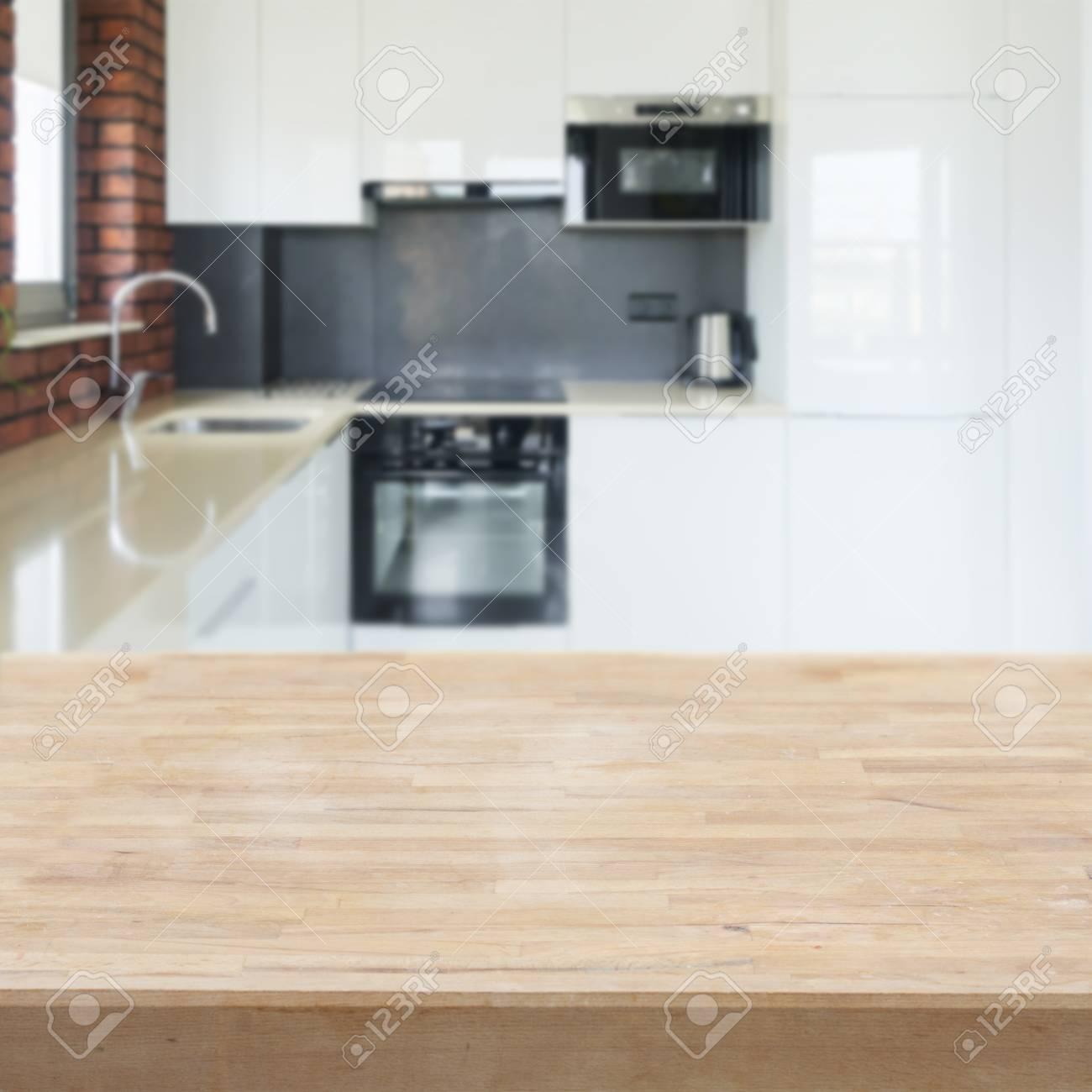 dessus de table de cuisine vide avec cuisine moderne blanche en arriere plan banque d images et photos libres de droits image 78906136